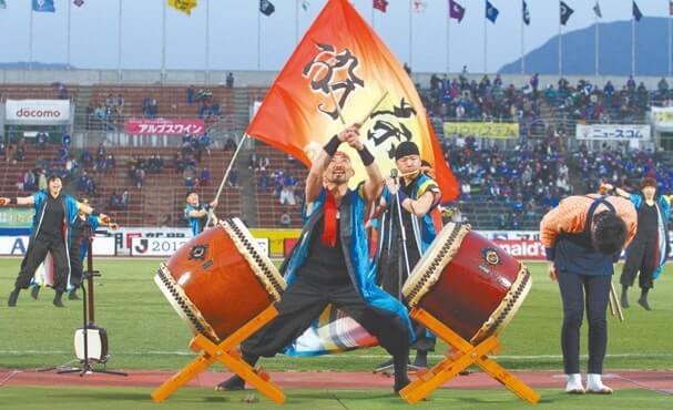 スタジアムで地元の伝統芸能を披露