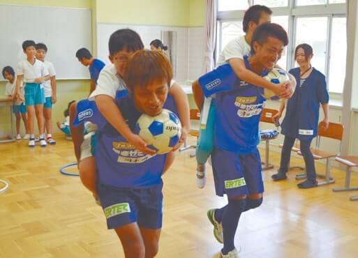 支援学校では選手が子どもをおんぶしてリレー対決!