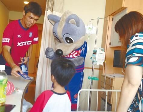 選手とマスコットが病室を訪問し、ヴァンフォーレグッズをプレゼント