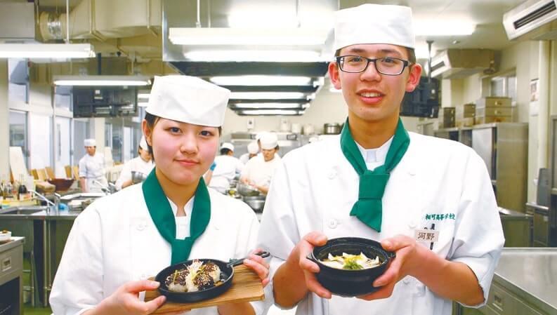 独創性と味の良さで最優秀賞を獲得した寺井彩花さんと河野貴行さん