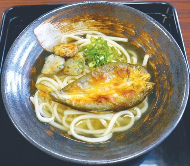 「麺(うどん類)と鮎を使う」という条件以外、味付けやトッピングは各店の自由