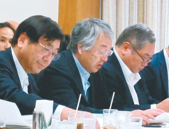 自民党経済産業部会で法人税改革などについて意見陳述する田中特別顧問(左から2人目)と中村専務理事(左)(6月3日)