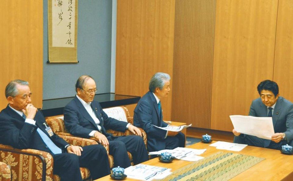 安倍首相(右)にエネルギー問題に関する緊急提言を説明する日商の三村会頭(左から2人目)ら経済3団体トップ(6月12日)