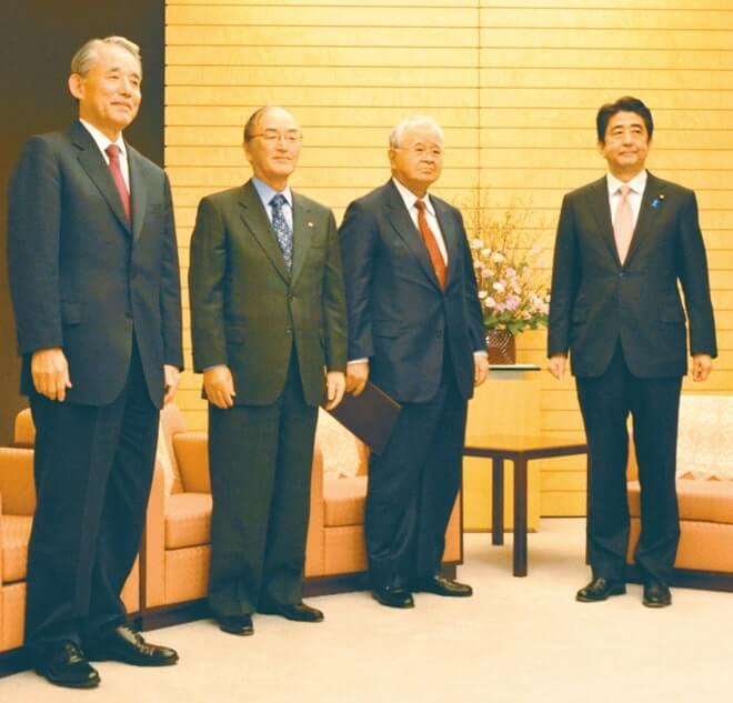 安倍首相(右)にTPP交渉の早期妥結を求める日商の三村会頭(左から2人目)ら経済3団体トップ(2月10日)