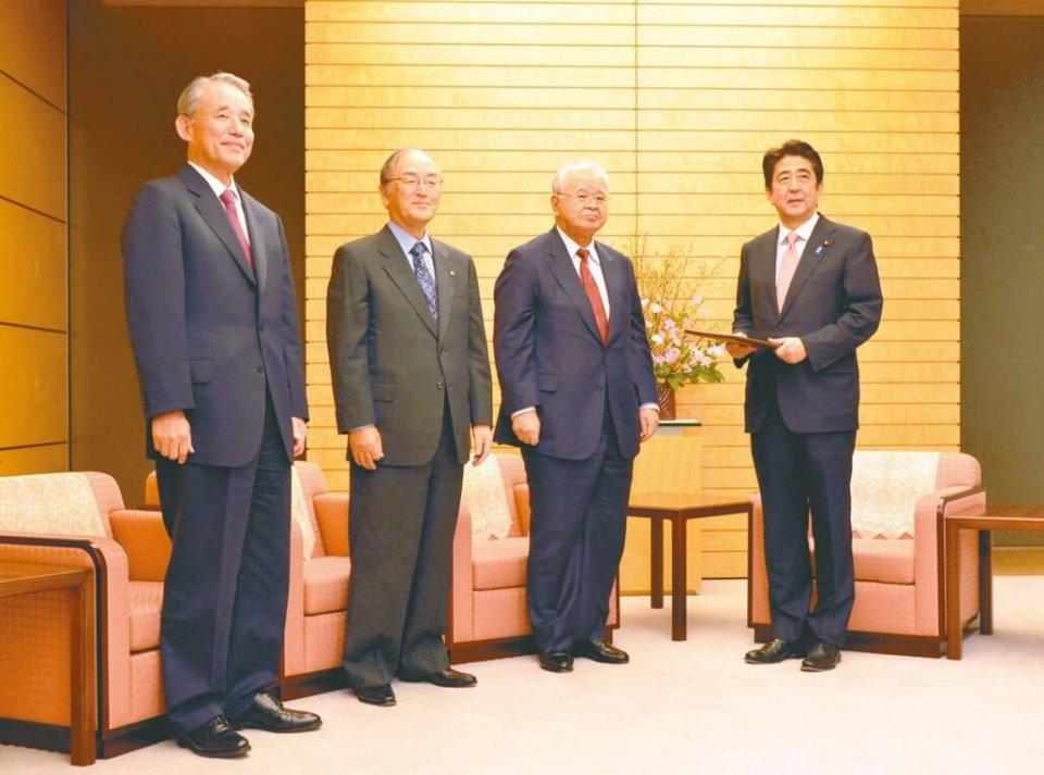 要望を手にする安倍首相(右)と3団体トップ