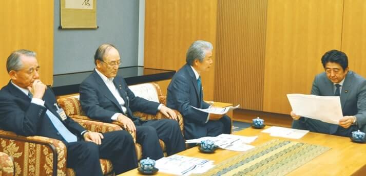 安倍首相(右)にエネルギー問題に関する緊急提言を説明する三村会頭(左から2人目)ら経済3団体トップ