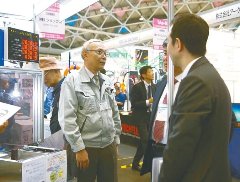 出展者も熱心に自社の製品や技術を紹介した
