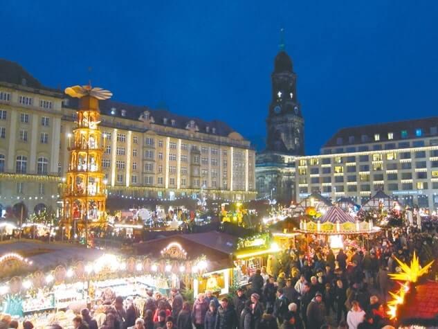 ドレスデンのクリスマスマーケット。左のタワーがピラミッド