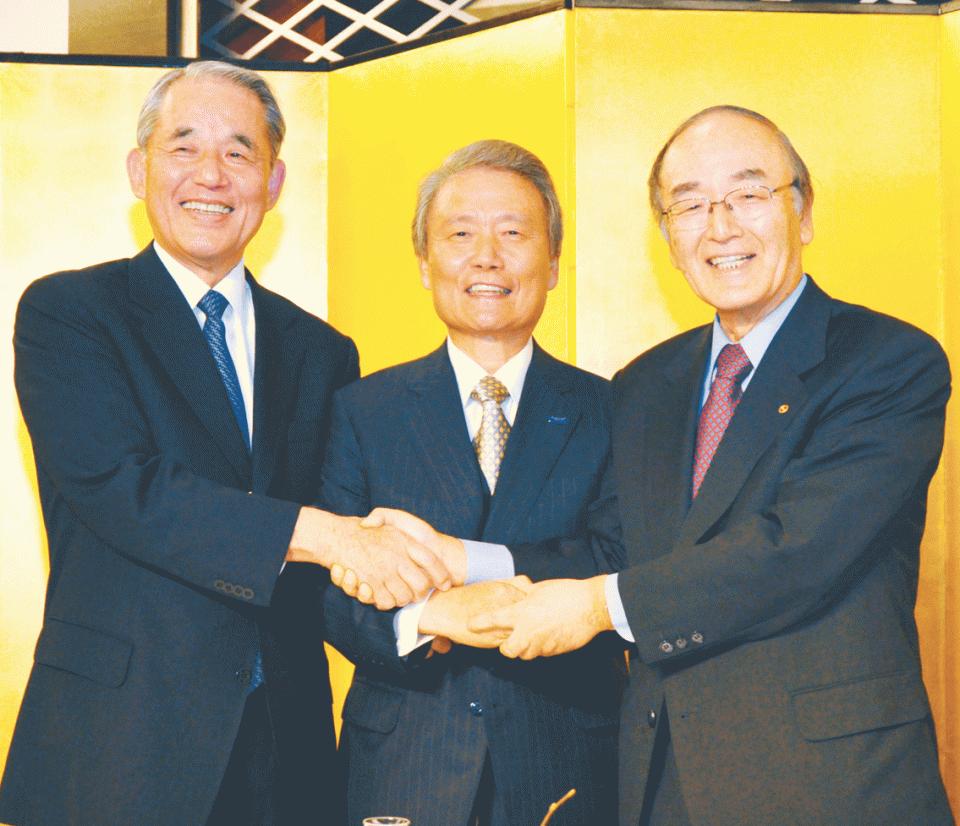 経済3団体による共同記者会見で握手する三村会頭(右)ら経済3団体トップ