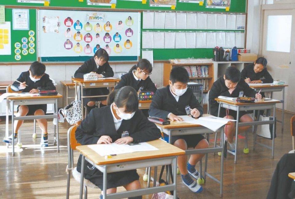 熱心に受験する小学6年生たち