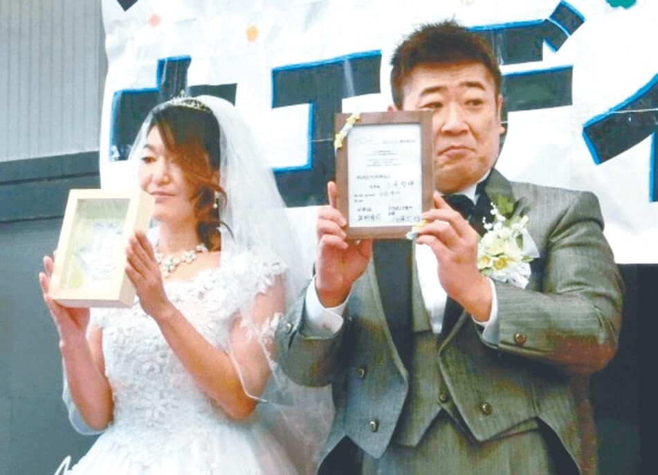 石こうの手形を作製し、念願の結婚式を挙げた夫婦