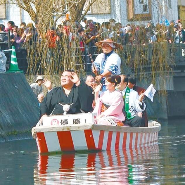 多くの市民が祝福した水上パレード