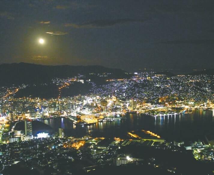 すり鉢状の地形がつくる立体的な長崎の夜景