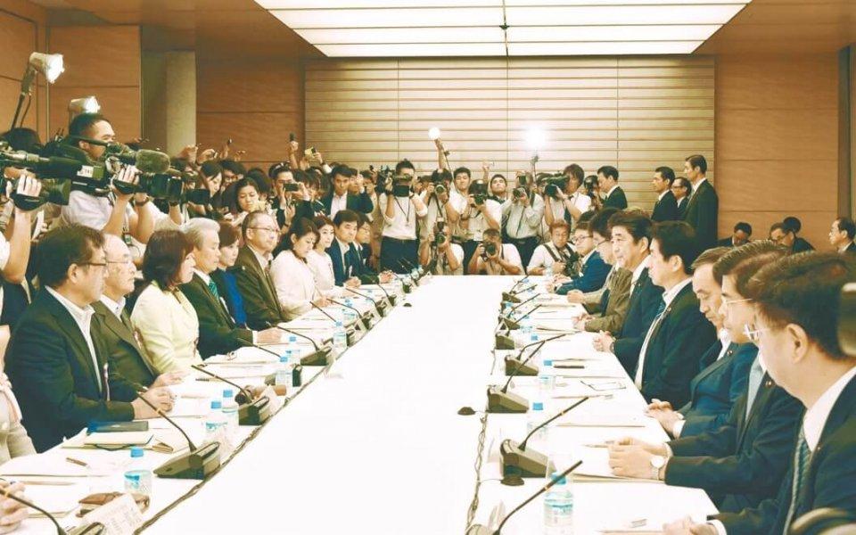 あいさつする安倍首相(右から5人目)と三村会頭(左から2人目)