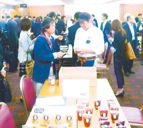 会場には農産物や食品が展示され、活発な商談が行われた