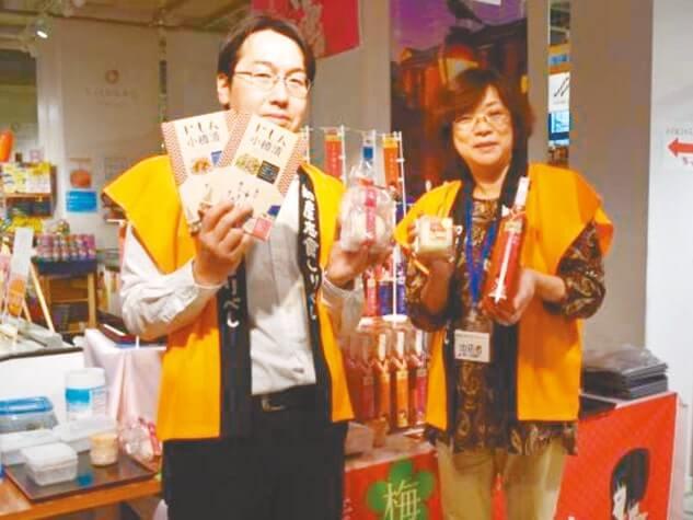 田中酒造取締役の嵐代志子さん(右)、同所の柏木信博さん