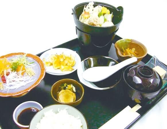 市内のホテルで提供されている菊芋料理(きんぴら、チップス、天ぷらなど)