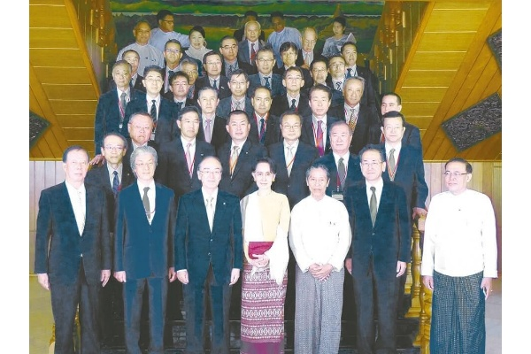 スー・チー国家最高顧問(最前列中央)を囲む三村団長(最前列左から3人目)らミッション一行