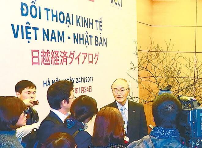 ベトナムメディアから取材を受ける三村団長