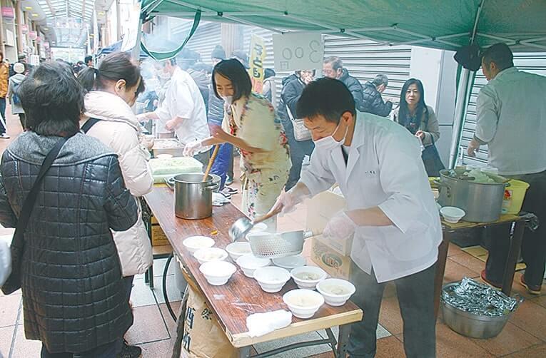 来場者に温かい鍋料理をふるまう