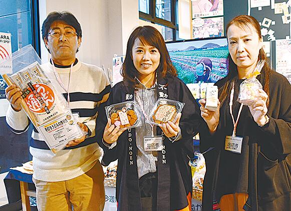 坂出商工会議所の赤木浩さん(左)と真鍋由加理さん(右)、不動農園の不動麻衣子さん(中央)