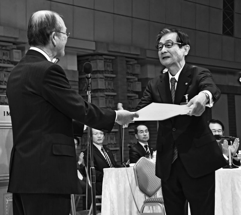 勤続40年表彰を受ける福山・林克士会頭