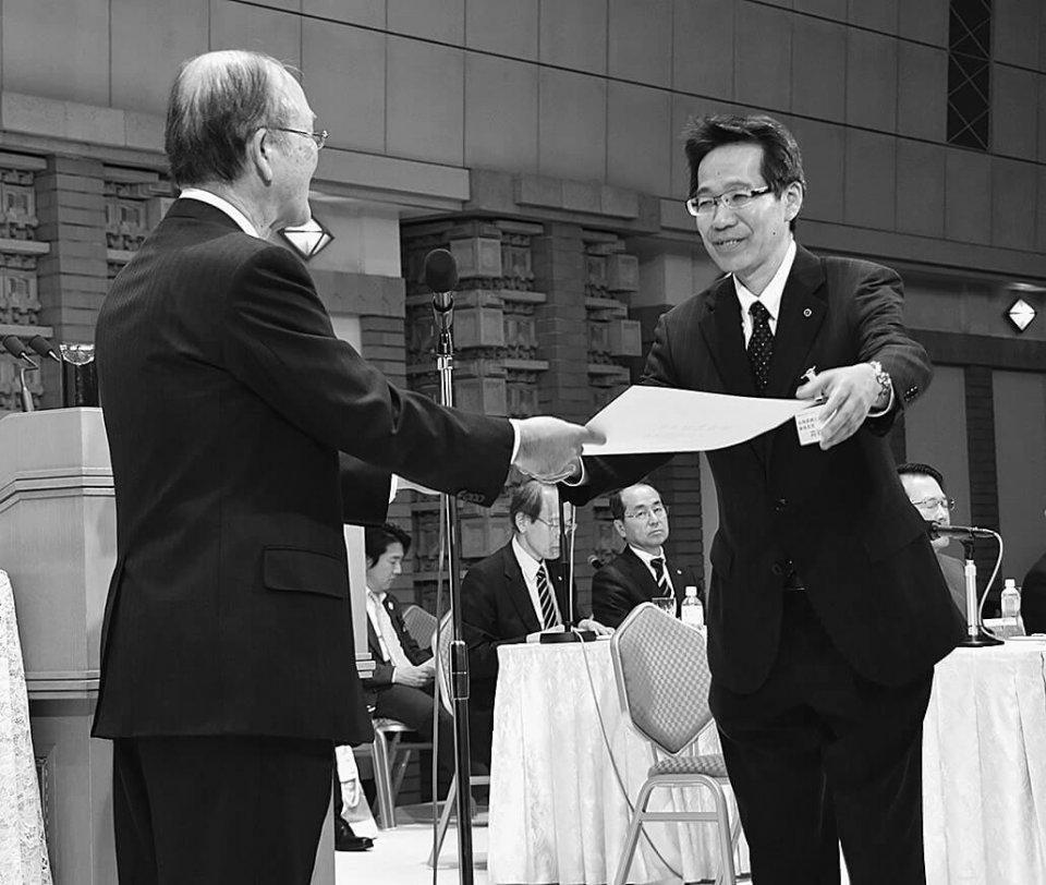 勤続30年表彰を受ける各務原・苅谷拡純事務局長