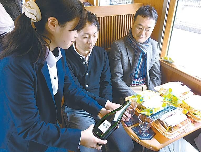 ワインを楽しむツアー参加者
