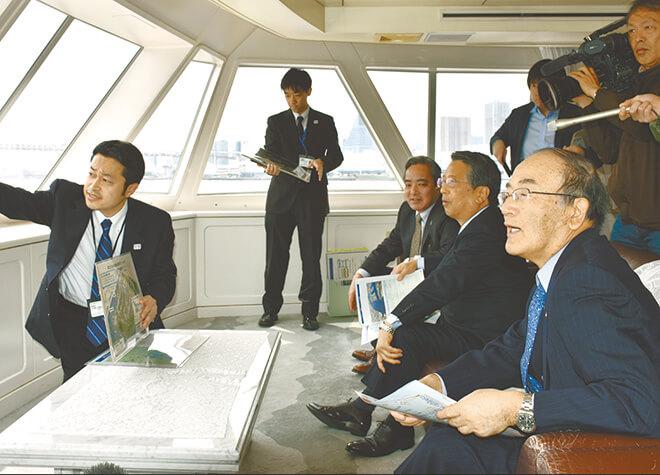 東京港を視察する三村会頭(右)