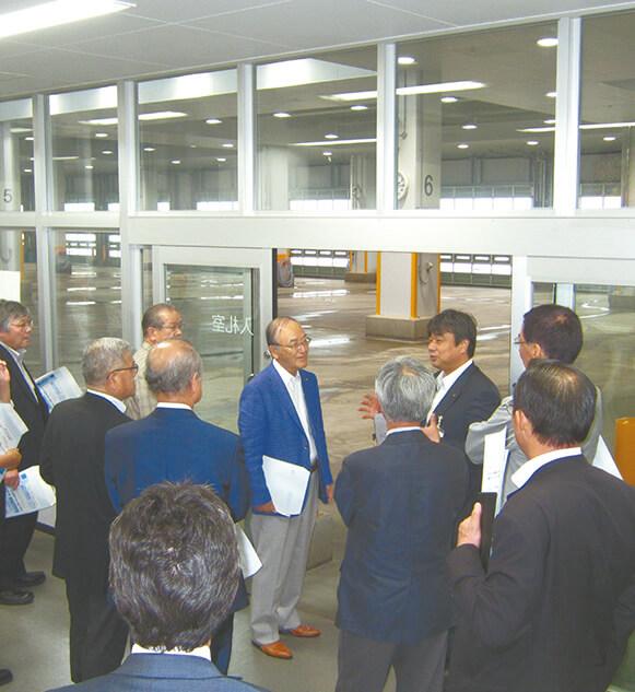 塩竈市魚市場を視察する三村会頭(中央)
