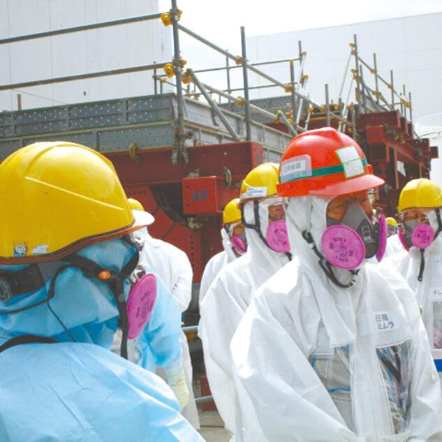 福島第一原発の現場を視察する三村会頭(右)(写真提供:東京電力HD)
