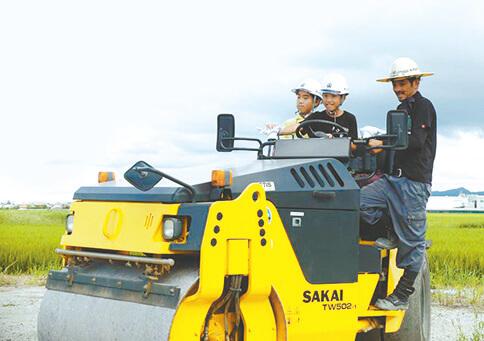 建設工事の車両に乗車
