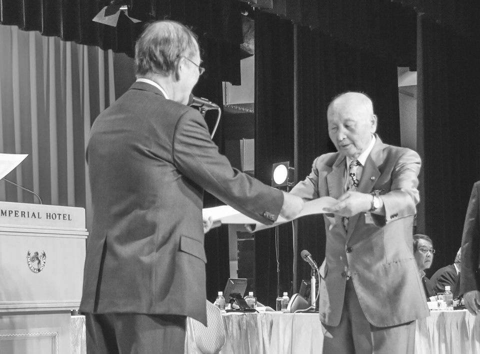 勤続50年表彰を受ける日立・五十嵐宏常議員