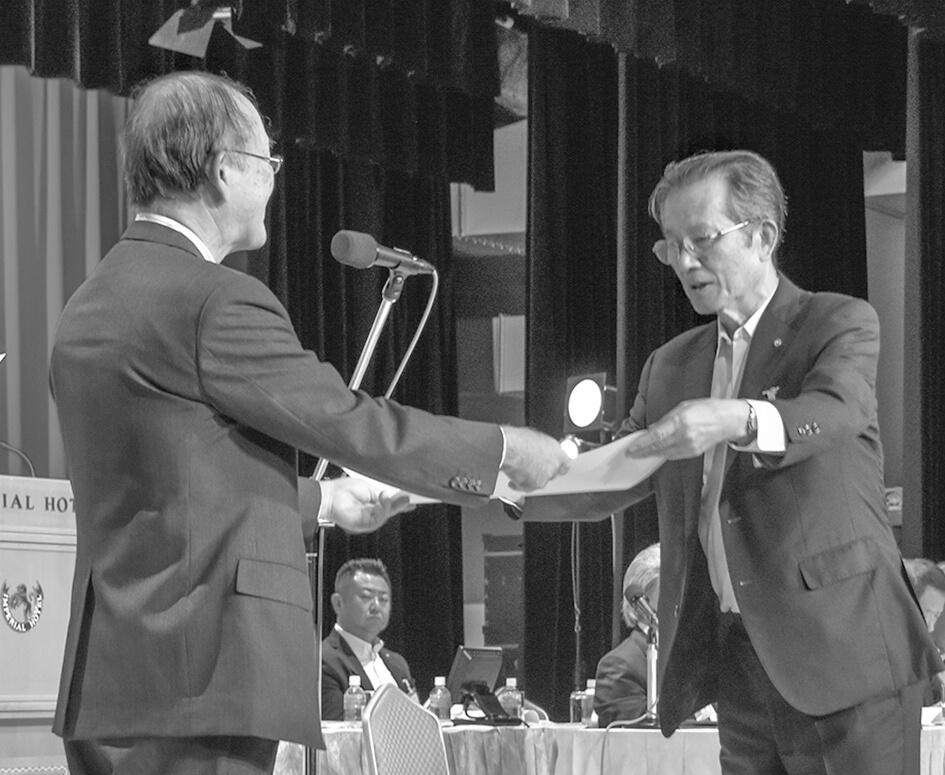 事業活動表彰を受ける塩尻・山田正治会頭