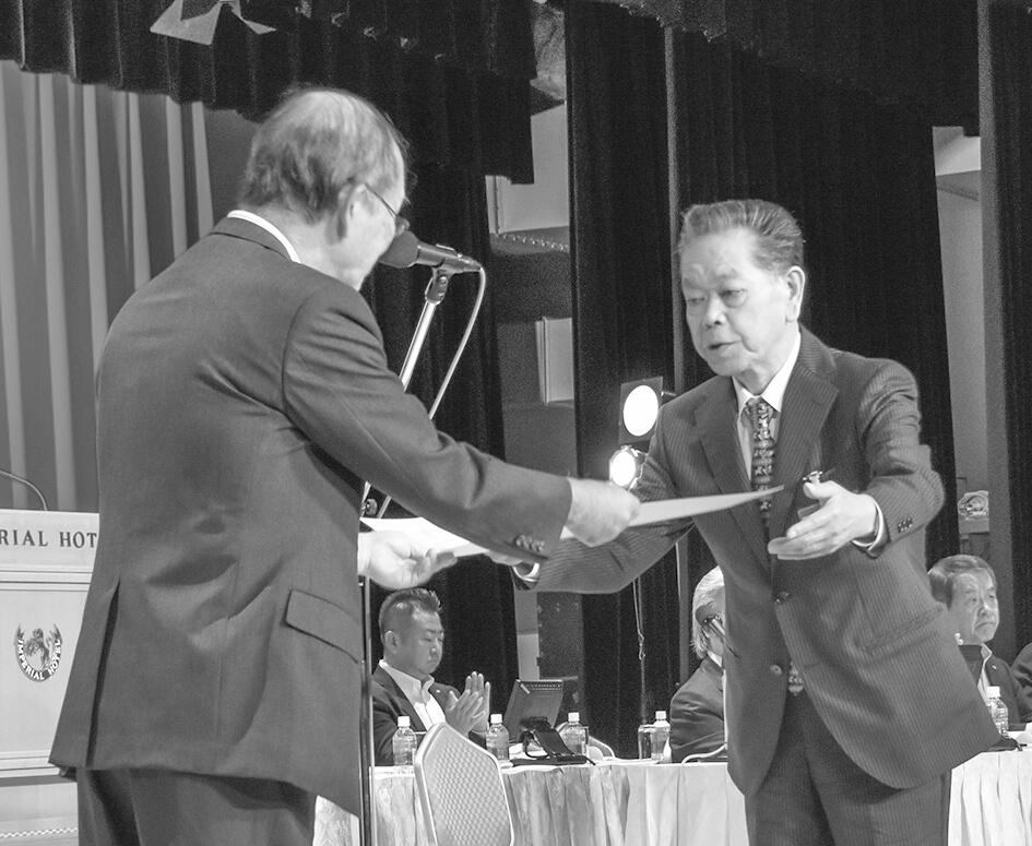 事業活動表彰を受ける松浦・髙橋博之会頭