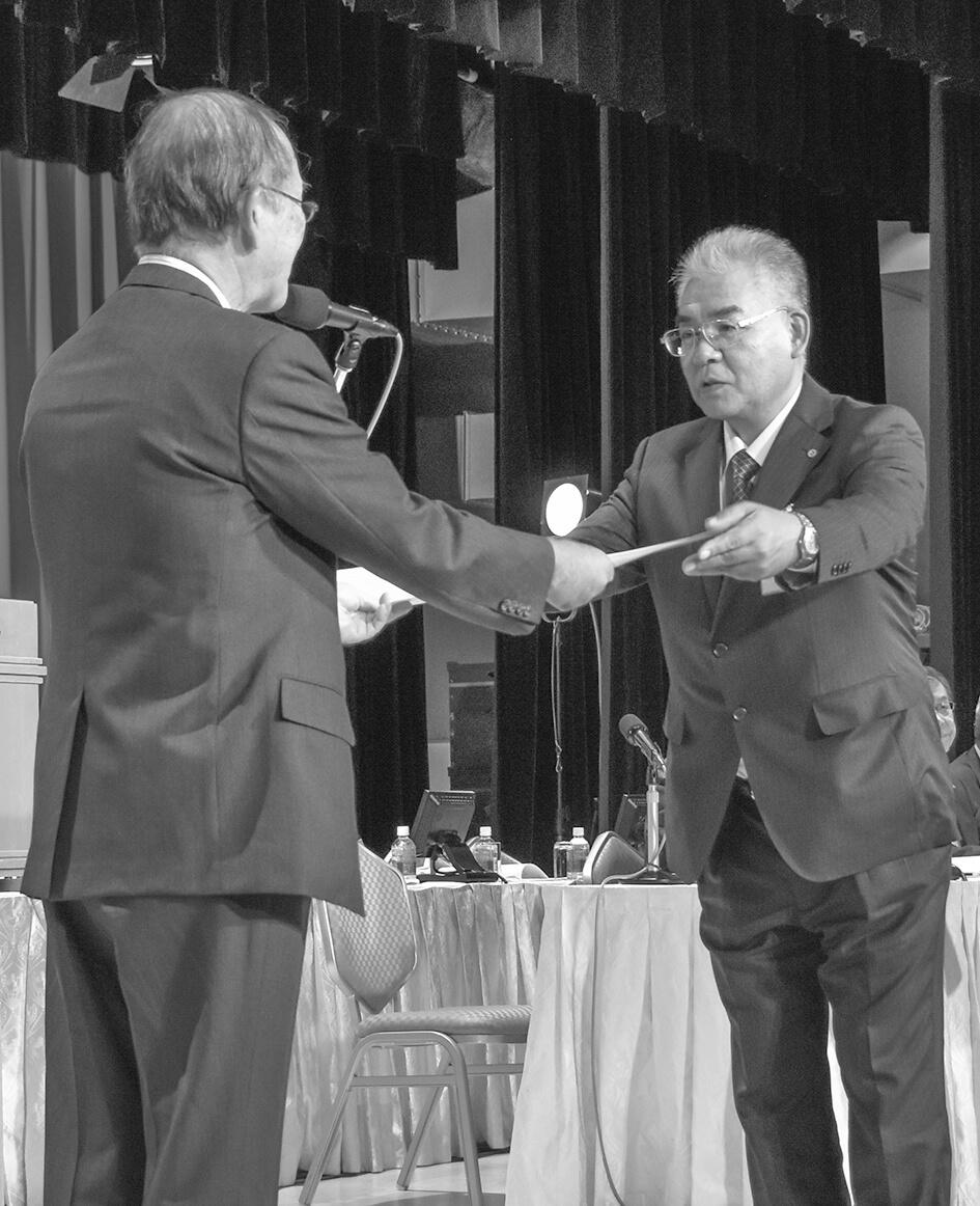 勤続40年表彰を受ける青梅・中村和弘専務理事