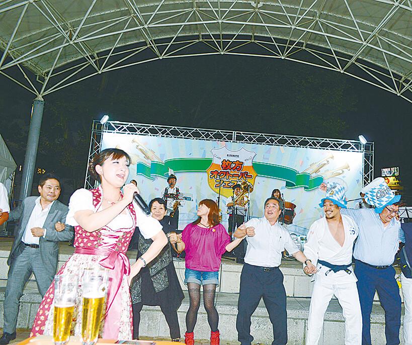 会場は歌と踊りで大盛り上がり