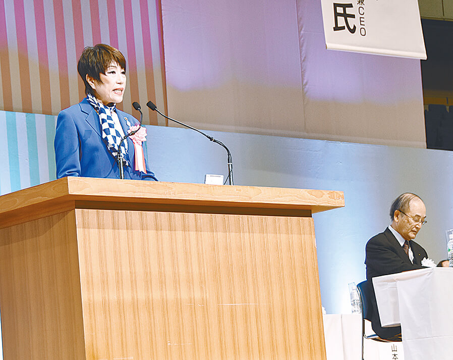 あいさつする藤沢会長(左)と三村会頭