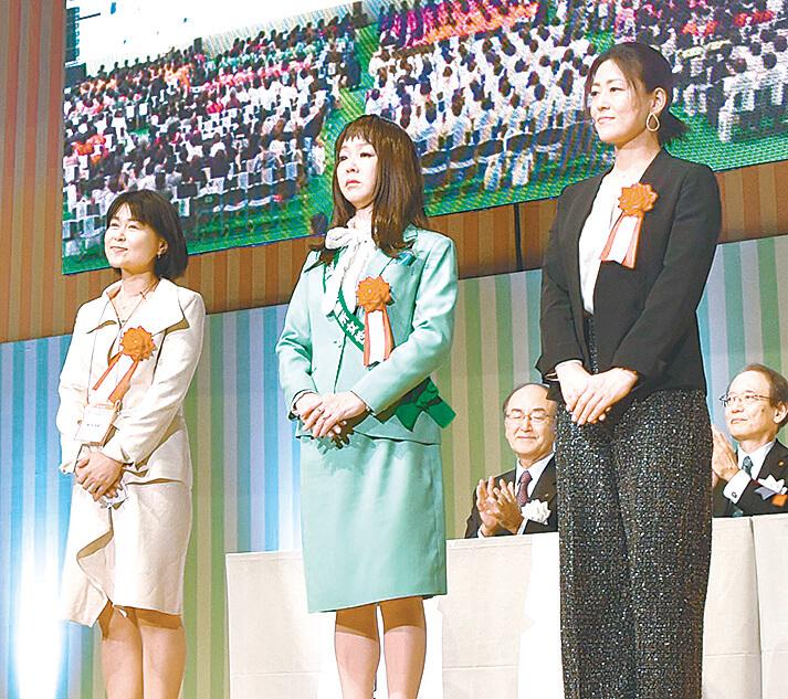 女性起業家大賞の受賞者(左から新谷さん、小林さん、藤岡さん)