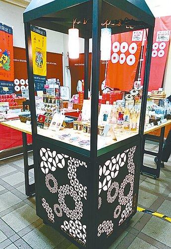 新たな上田ブランド「組六紋」をあしらった展示棚