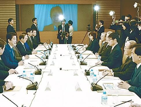 あいさつする安倍晋三首相(左から2人目)と三村会頭(右から2人目)