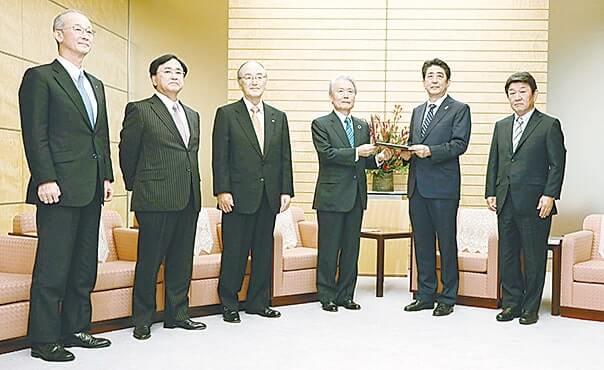 安倍首相(右から2人目)に意見書を手交する三村会頭(左から3人目)ら各団体の首脳