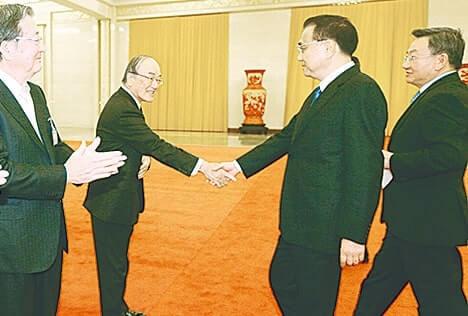 李首相(右から2人目)と握手する三村会頭