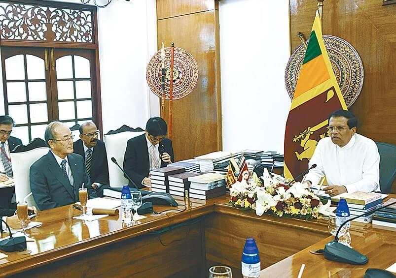 意見交換を行うスリランカのシリセーナ大統領(右)と三村会頭(左)