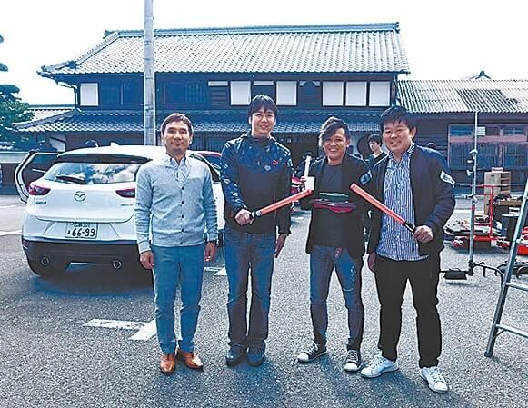 駐車場整理を行う応援する会のメンバー