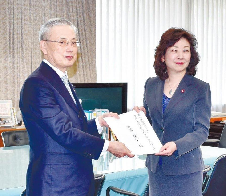 意見書を手交する前田特別顧問(左)と野田大臣