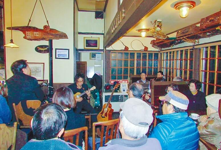 北浜駅の喫茶店で行われた駅ライブ