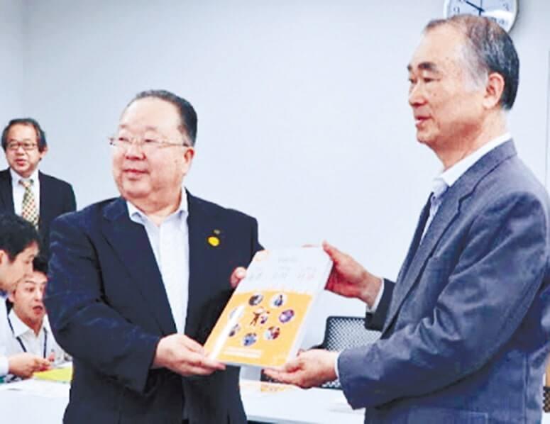 水永センター長(右)から今村教育長へ贈呈