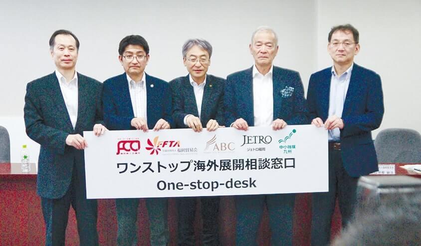 相談窓口開設を発表する福岡商工会議所の境正義専務理事(中央)ら
