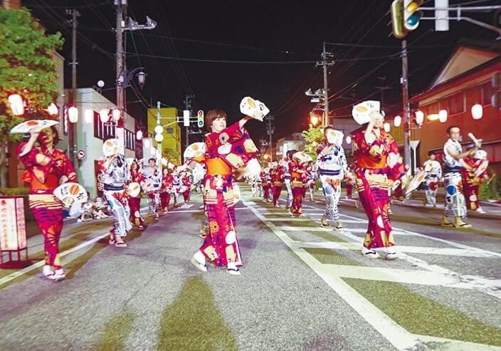 せり込み蝶六踊り街流しには会員企業、青年部、女性会有志らが参加